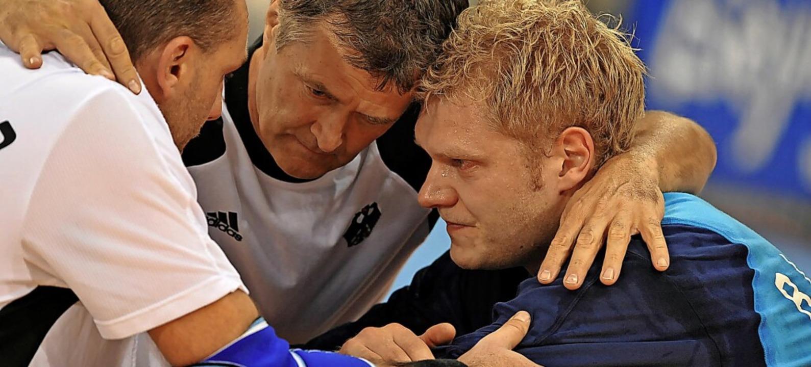 Johannes Bitter (rechts) bei den Olymp...terten die Handballer in der Vorrunde.  | Foto: Peer Grimm (dpa)