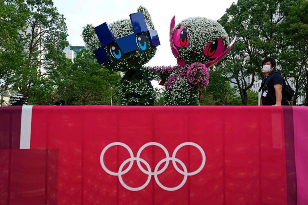 Miraitowa (links), das offizielle Mask...ics, sollen den Spielen Glück bringen.  | Foto: Kin Cheung (dpa)