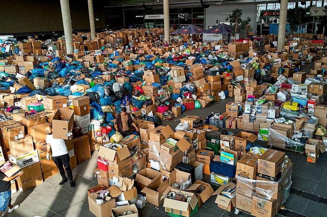 Freiwillige Helfer sortieren im Spende...hengebiet an der Ahr geliefert werden.  | Foto: Thomas Frey (dpa)