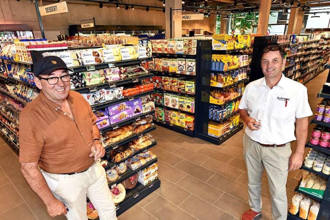 Bauherr Willi Sutter (links) und Becke...äftsführer Johannes Ruf im Supermarkt.    Foto: Thomas Kunz