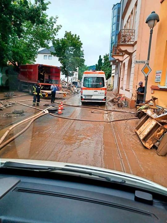 In Bad Neuenahr halfen die DRK-Mitarbe...ei der Evakierung eines Seniorenheims.  | Foto: DRK Bad Säckingen