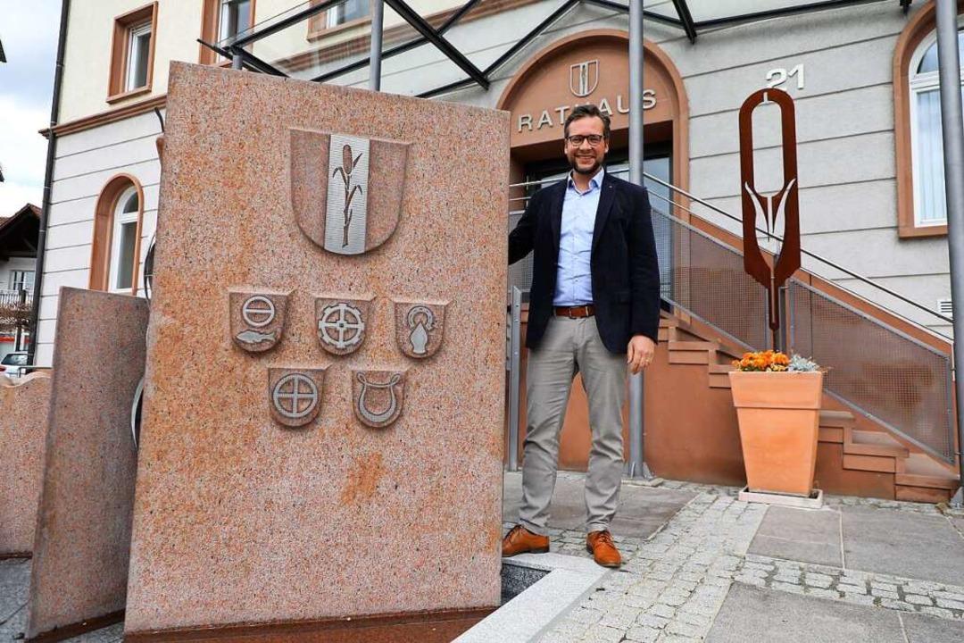 Noch hat er nicht alles in allen fünf ...0;, sagt Bürgermeister Tobias Uhrich.     Foto: Christoph Breithaupt