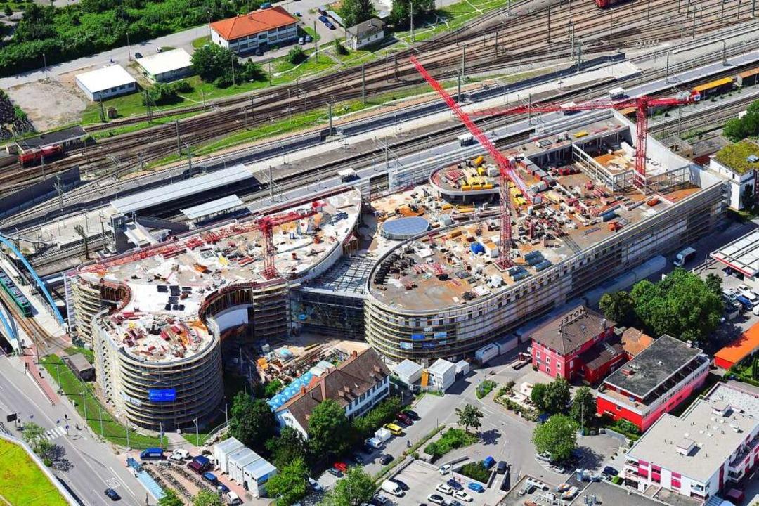 Geschwungene Formen bestimmen die äuße...Verkehrsachsen Bahn und B3 überbrückt.    Foto: Erich Meyer