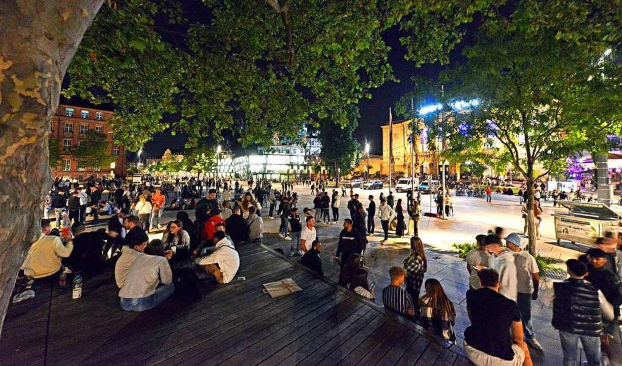 Feiernde Ende Juni auf dem Platz der A...ie Lage auf dem Platz sich entwickelt.  | Foto: Michael Bamberger