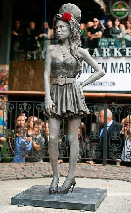 Die Amy-Winehouse-Statue am Stables Ma...wn ist heute noch ein Touristenmagnet.    Foto: Hannah Mckay (dpa)
