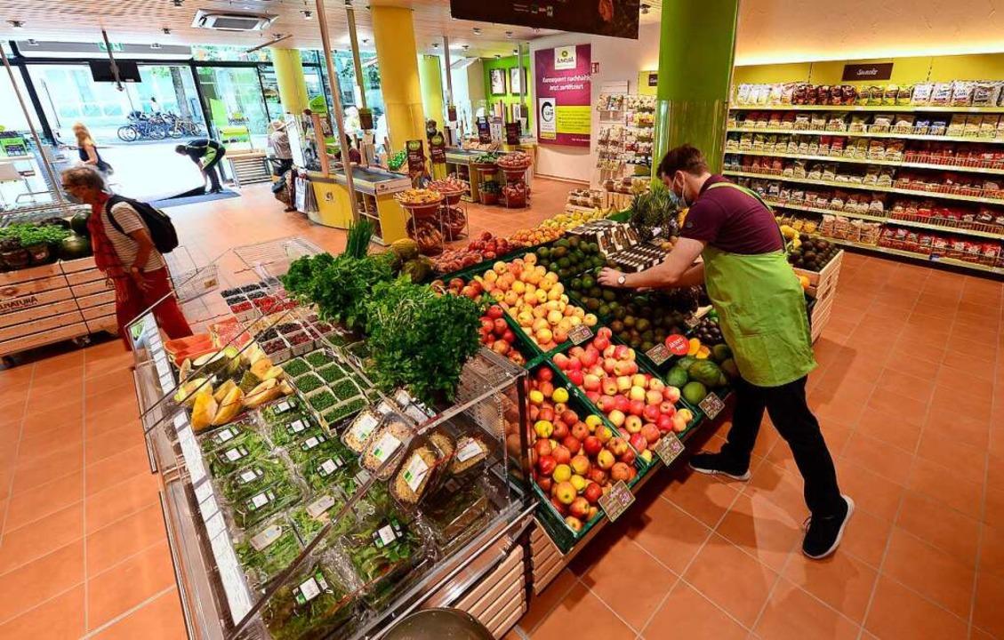 Filialleiter Simon Querfurth in der Obst- und Gemüseabteilung.  | Foto: Ingo Schneider