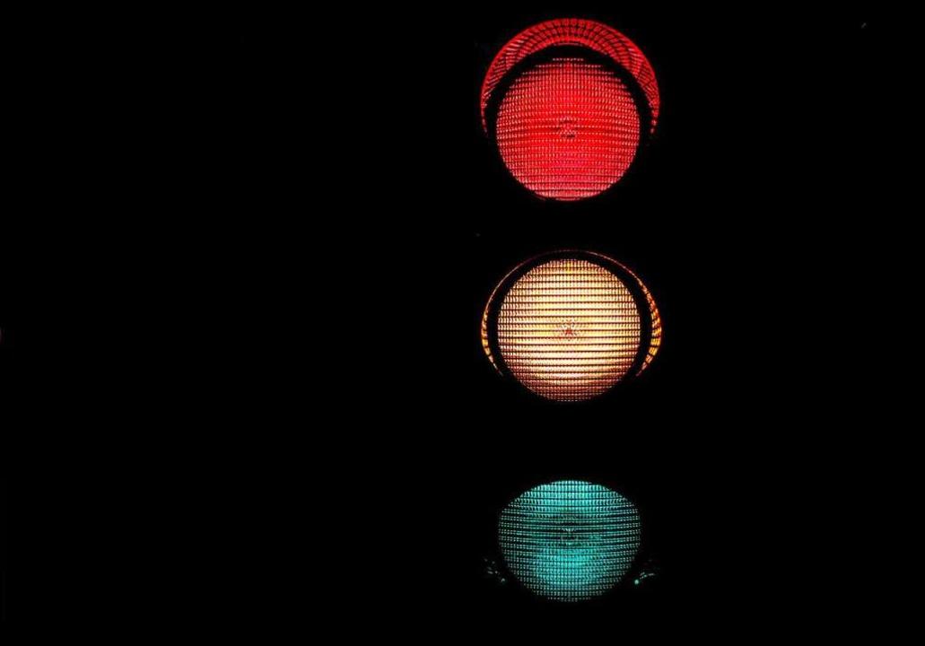 Nach einem Unfall auf der Besançonbrüc...die Ampelschaltung unklar. Symbolbild.  | Foto: Oliver Berg
