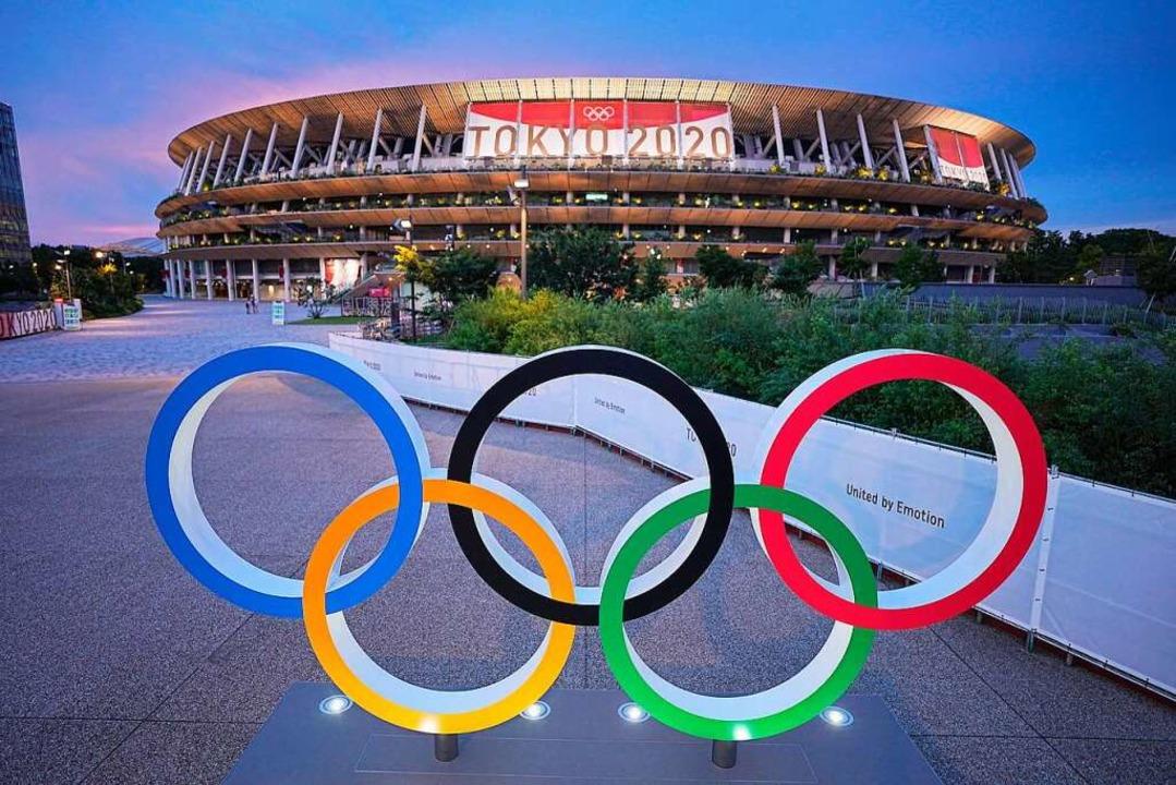Die olympischen Ringe vor dem Olympiastadion von Tokio.  | Foto: Michael Kappeler (dpa)