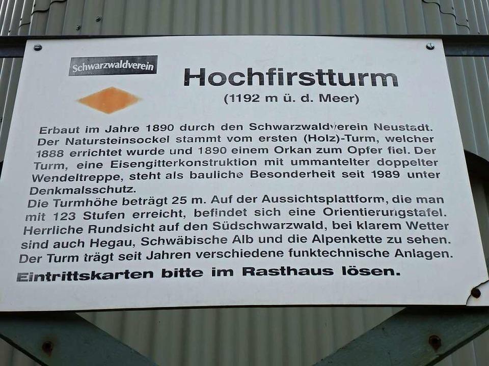 Eine Tafel beim Einstieg zum denkmalge...rstturm erinnert an seine Entstehung.   | Foto: Peter Stellmach