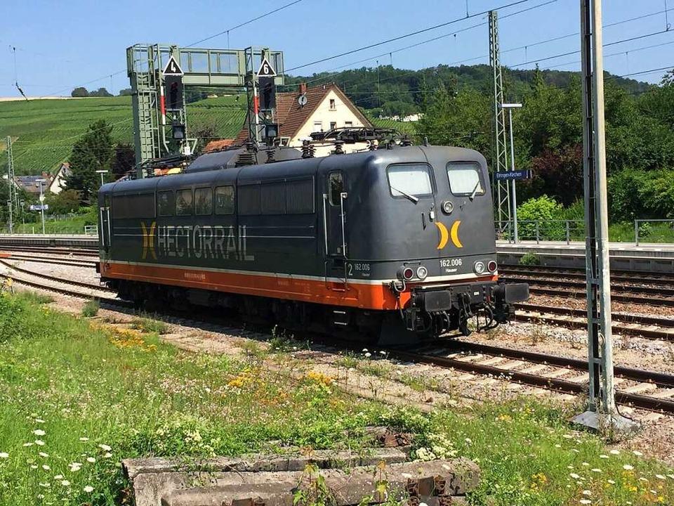 Die havarierte Lok gehört der Firma He...der Zeit bereits weiter transportiert.  | Foto: reinhard cremer