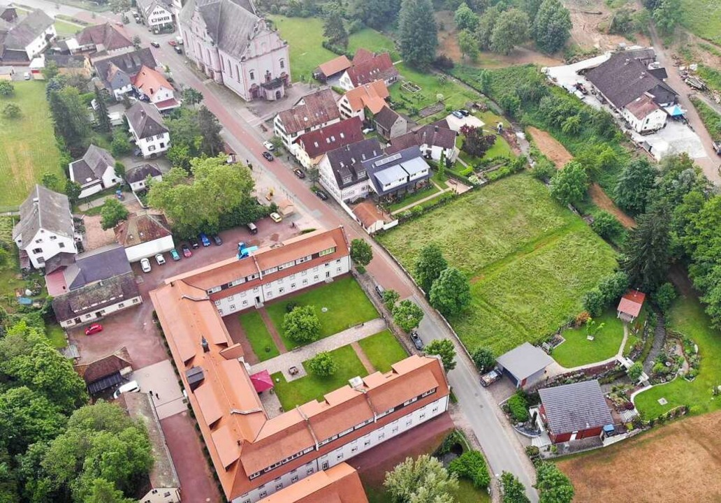 Die Badwiese (rechts) liegt direkt geg...eheim, dem früheren Gäste- und Badhaus    Foto: Stadt Ettenheim