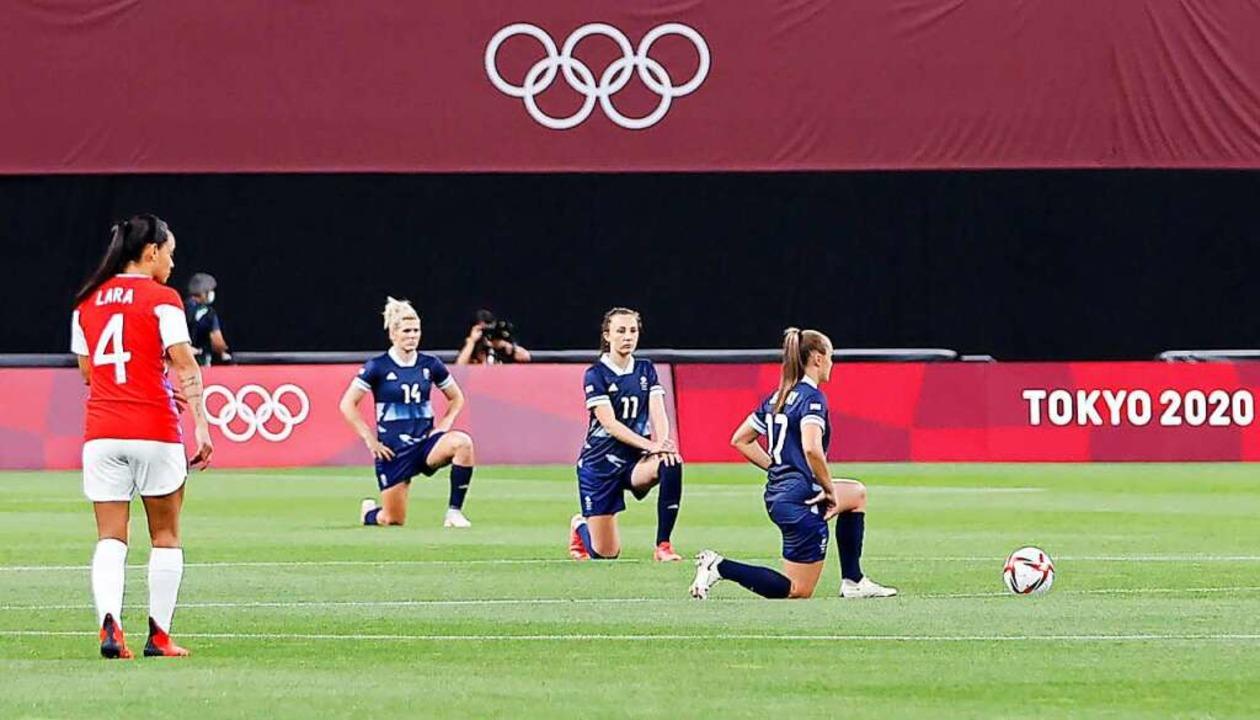 Mitglieder der britischen Frauenfußbal... am Mittwoch in Sapporo an der Aktion.    Foto: --- (dpa)