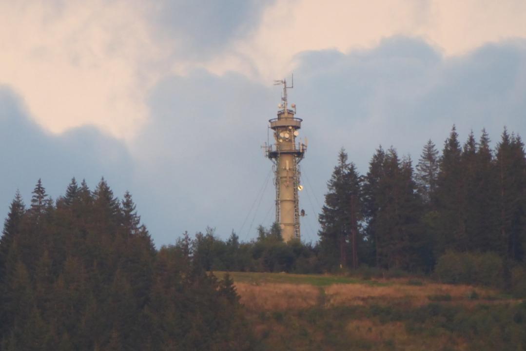Die Antennen müssen bis Ende 2023 am alten Hochfirstturm abgebaut werden.  | Foto: Peter Stellmach