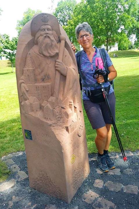 Johanna Friedrich steht an der Jakobusskulptur in Kehl.  | Foto: privat (eine unbekannte Passantin hat das Bild gemacht)