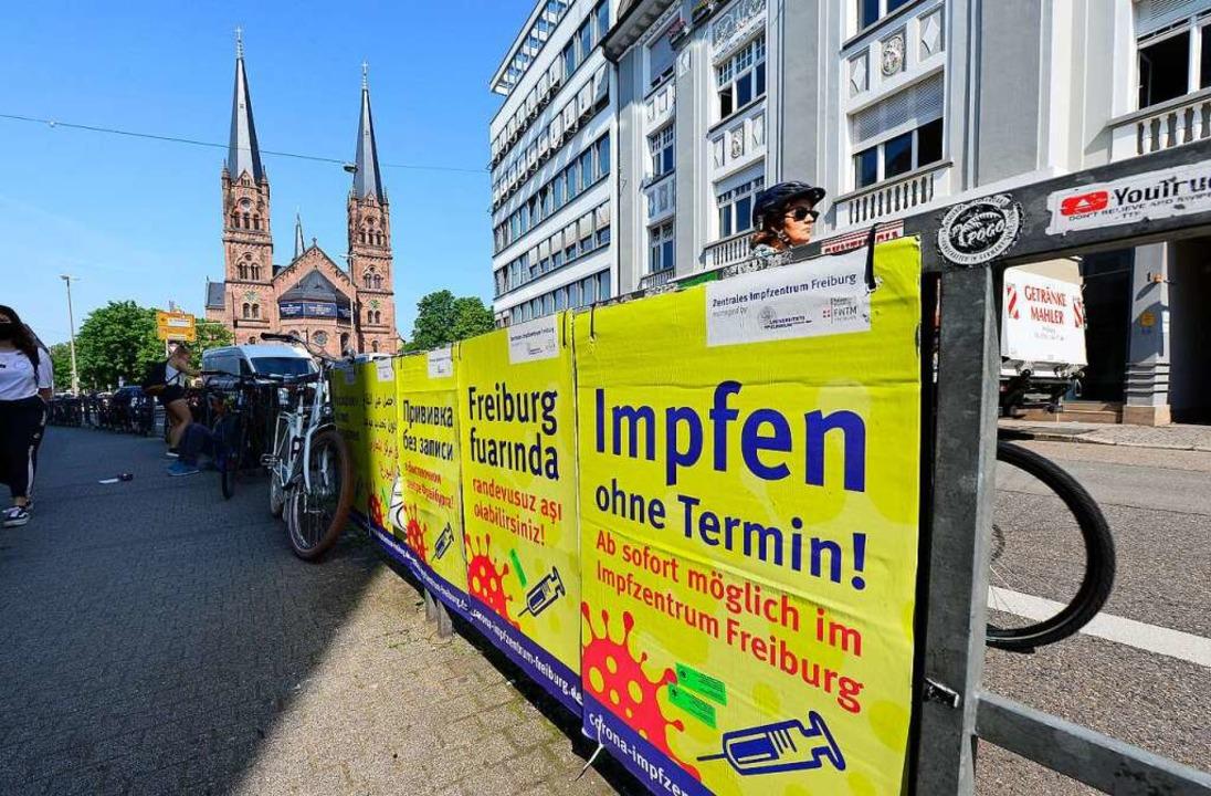 Früher herrschte Termin- und Impfstoff...an mit Plakaten um jeden Impfwilligen.    Foto: Ingo Schneider