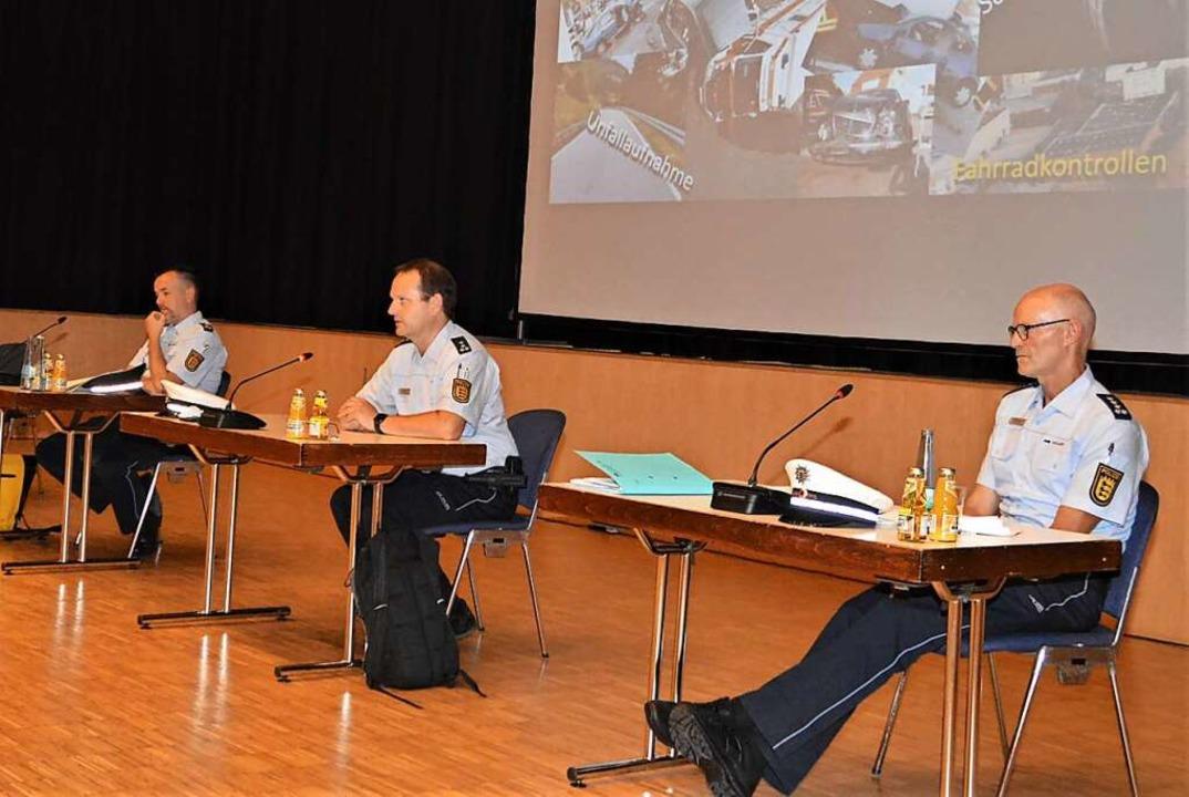 Die Polizeibeamten Andreas Schaffhause... standen Rede und Antwort (von links).  | Foto: Edgar Steinfelder