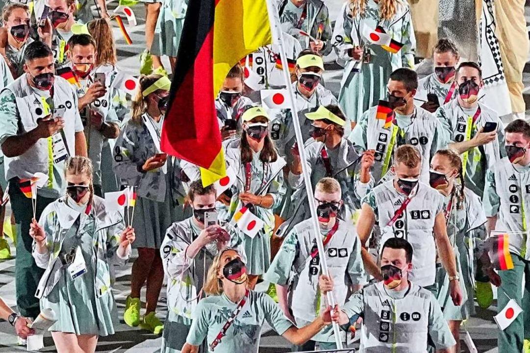 Das deutsche Team mit den Fahnenträger...ck Hausding beim Einmarsch ins Stadion    Foto: Michael Kappeler (dpa)