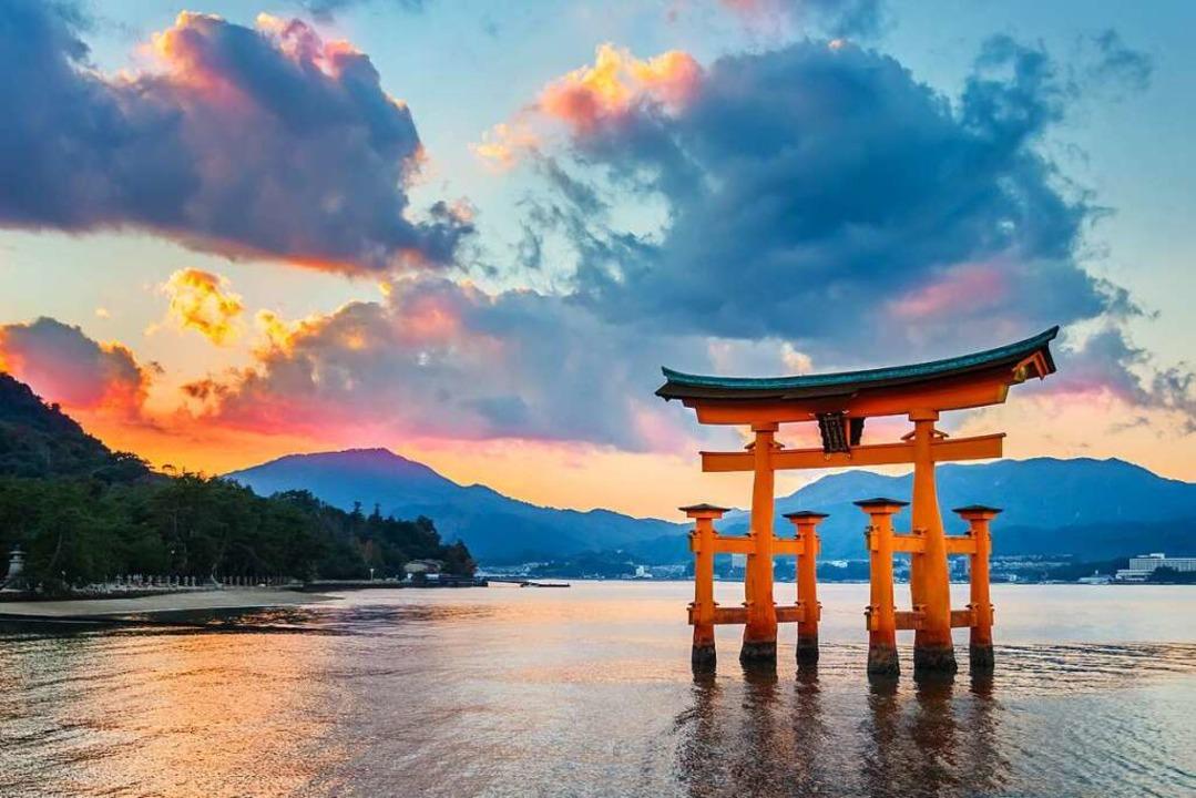 Torii nennt man die Tore, die am Einga...apan. Es liegt vor der Insel Miyajima.    Foto: coward_lion (stock.adobe.com)