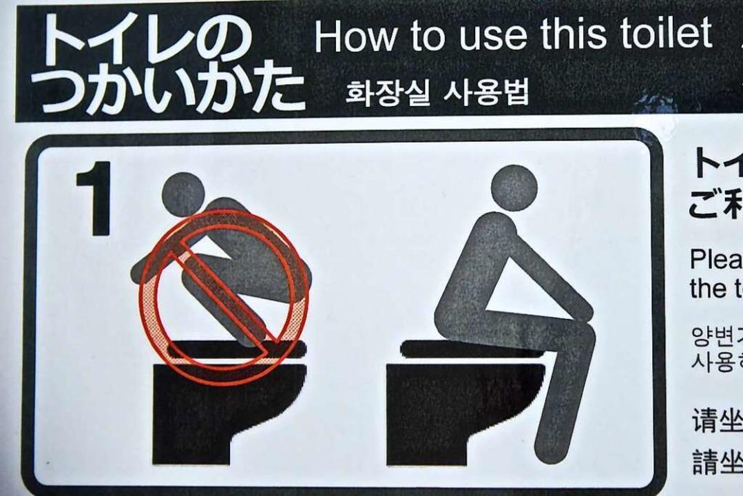 Wie man das WC richtig benutzt. Japans Schilder sind oft kurios.    Foto: Angela Köhler