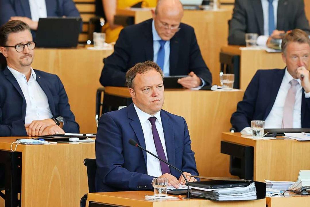 Mario Voigt (vorne), Fraktionsvorsitze...unde während der Abstimmung am Freitag    Foto: Bodo Schackow (dpa)