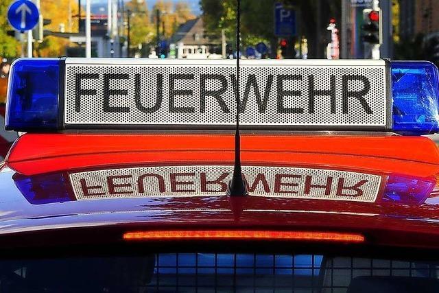 Nächtlicher Doppeleinsatz der Freiburger Wehr wegen Dachstuhlbrand und verkohltem Essen