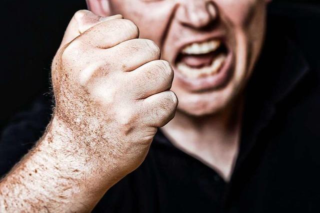 Eifersüchtiger Ex irrt sich im Schlafzimmer und verletzt Unbeteiligten schwer