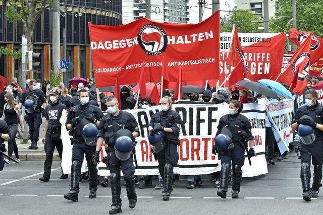Antifa legt sich auf Freiburger Demo mit der Polizei an