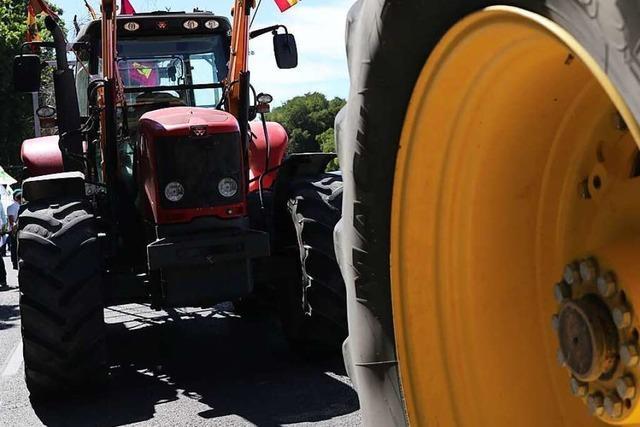Traktorfahrer streift in Rheinfelden einen Toyota und fährt weiter