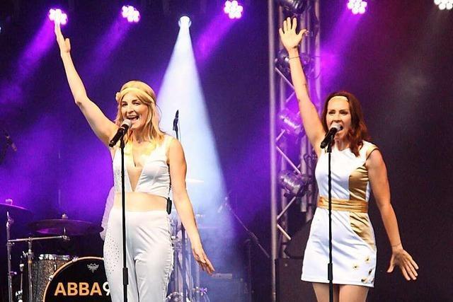 Cover-Band ABBA 99 bietet im Bad Krozinger Kurpark mitreißende Gute-Laune-Show