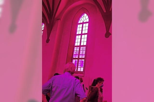 Alte Stadtkirche mit Aha-Effekt in Magenta