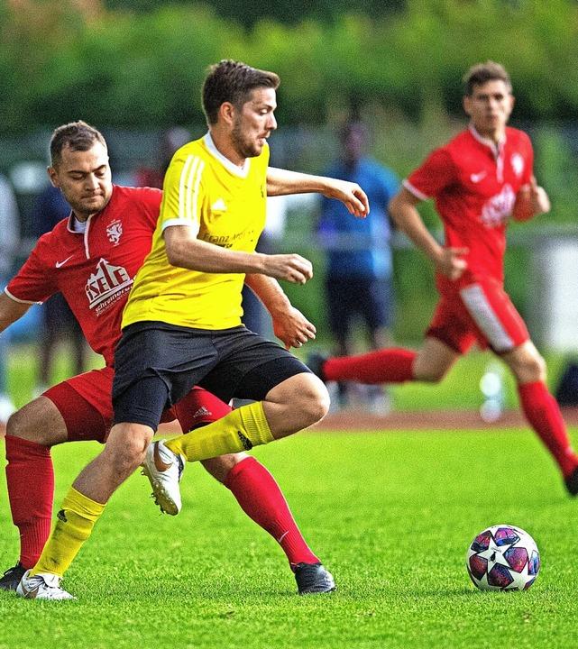 Duell im Finale: Der Hölzlebrucker Ali...Morath durch, der HSV gewann mit 2:0.     Foto: Wolfgang Scheu