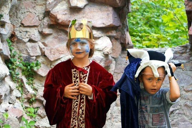 Kinder können an der Sausenburg schmieden, töpfern und sich mittelalterlich verkleiden