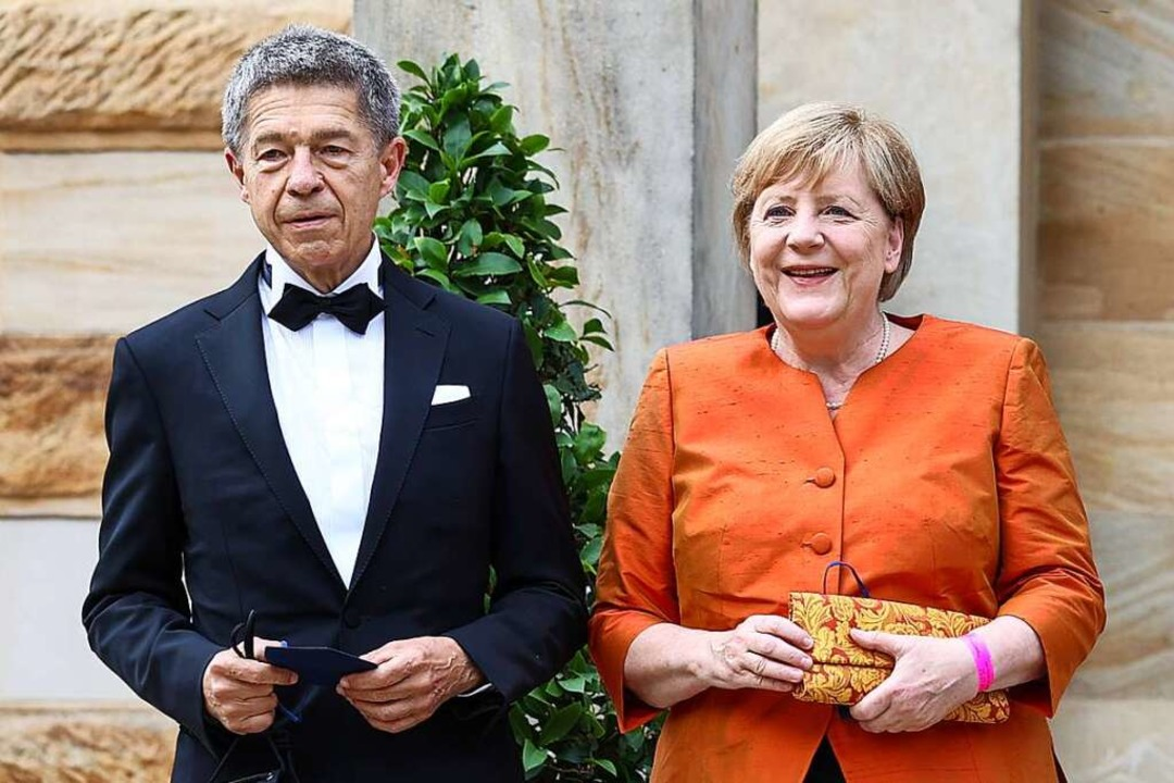 Bundeskanzlerin Angela Merkel und ihr ... Joachim Sauer am Sonntag in Bayreuth.    Foto: Daniel Karmann (dpa)