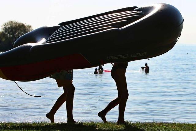 Zwei betrunkene Männer schlafen auf dem Rhein in einem Schlauchboot ein