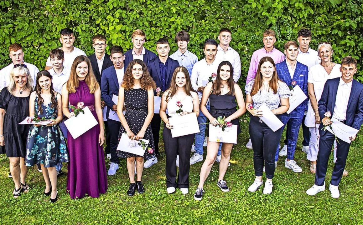 Absolventinnen und Absolventen der Rut...gen strahlen nach der Zeugnisvergabe.   | Foto: Hubert Gemmert