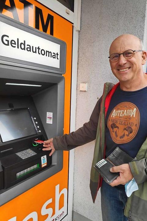 Gündlingen hat wieder einen Geldautomaten. Den Ortsvorsteher freut's.  | Foto: Mirjam Stöckel