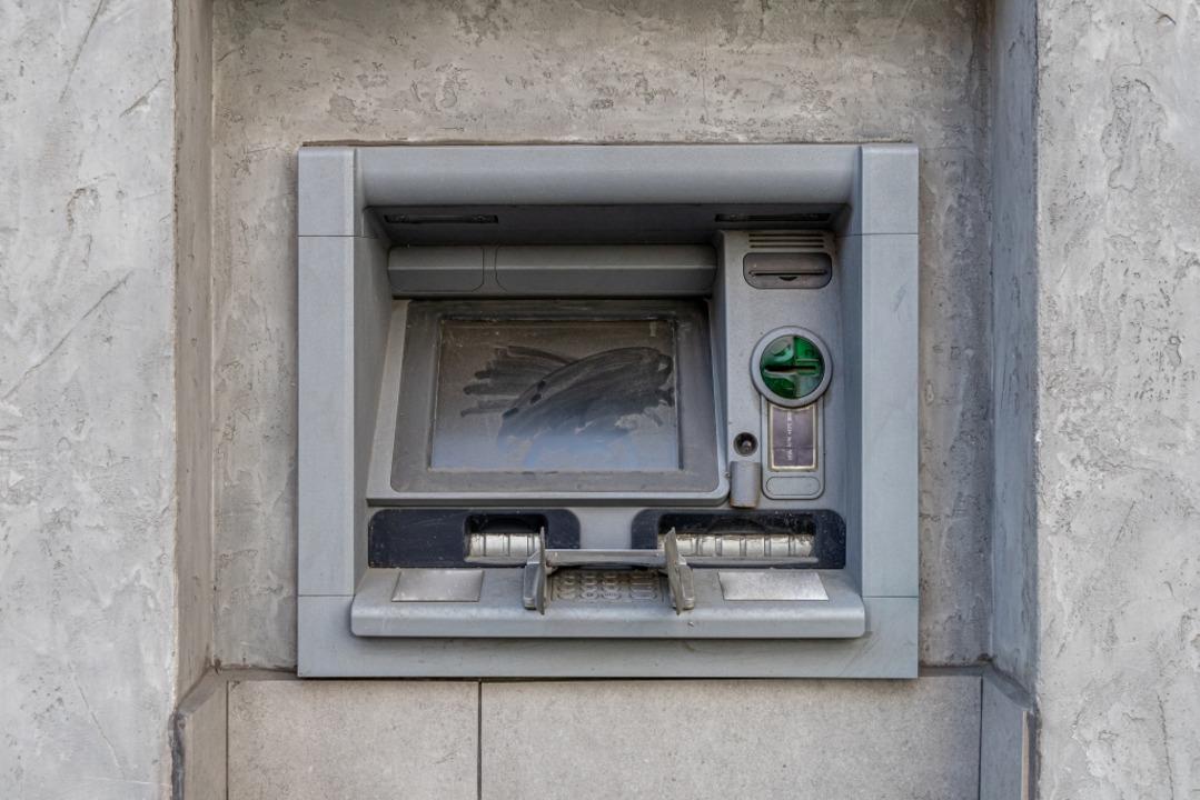 Von 2016 bis 2019  sank die Zahl der Geldautomaten bundesweit um rund 6500.  | Foto: hodim, stock.adobe.com