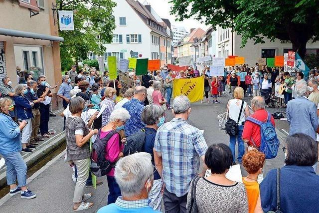 Protest gegen Entlassung von Hausacher Pfarrer vor dem Ordinariat in Freiburg