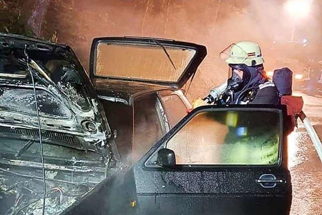 Feuer bricht in Murg im Motorraum eines alten Golf aus