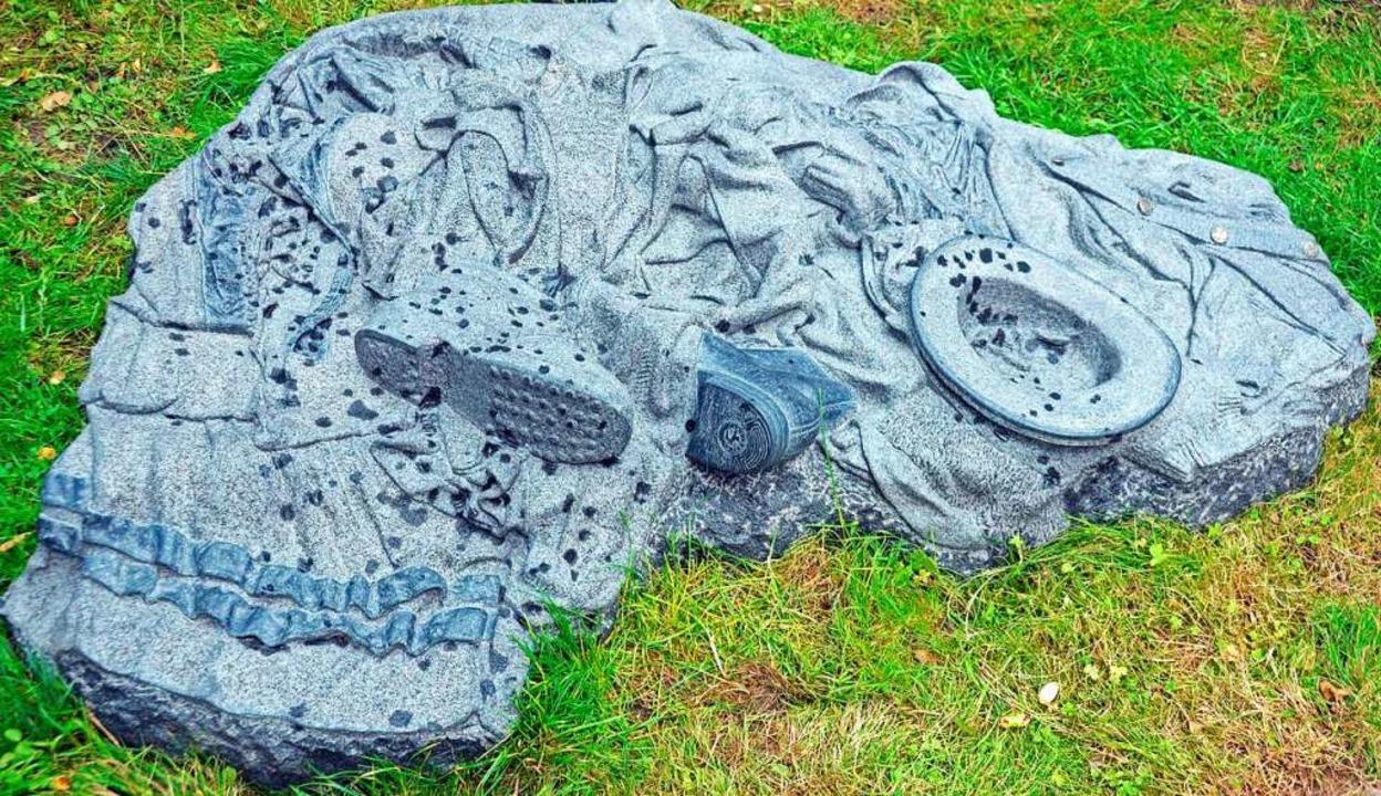 Das Mahnmal stellt die von den Opfern zurückgelassenen Kleidungsstücke dar.  | Foto: Gerhard Lück