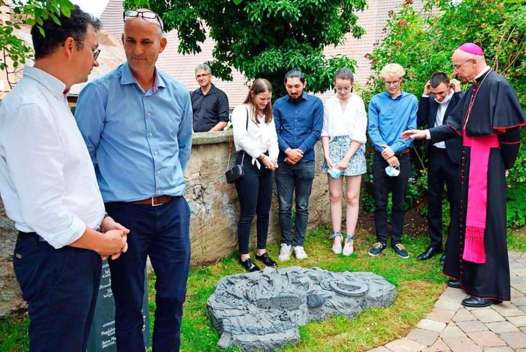 Nach der Enthüllung kam Weihbischof Pe...Rösch und Claudius Heitz (von rechts).  | Foto: Gerhard Lück