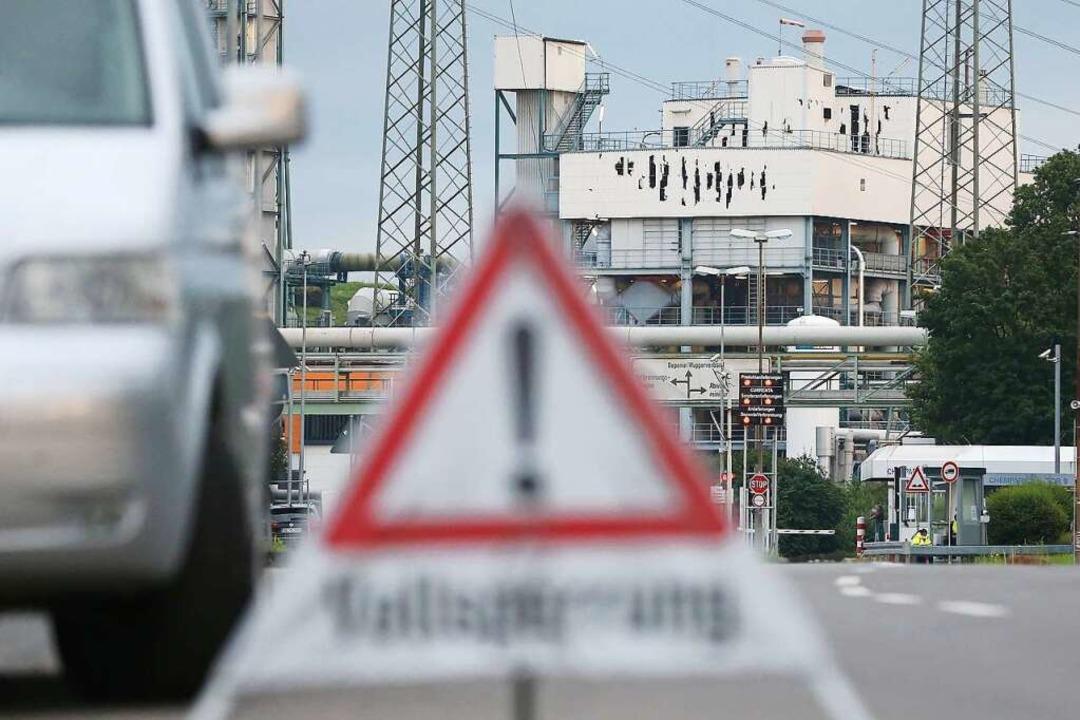 Ein Warndreieck mit dem Aufschrift &qu...hrtsbereich zum Leverkusener Chempark.  | Foto: David Young (dpa)