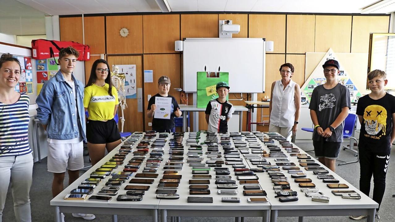 Mit der Handy-Sammelaktion trägt die N...on links) freuen sich über den Erfolg.    Foto: Martha Weishaar