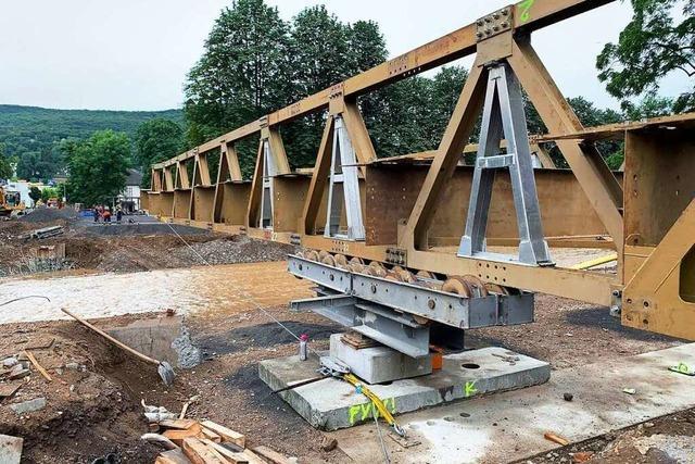 THW Müllheim baut Behelfsbrücke im Hochwassergebiet auf