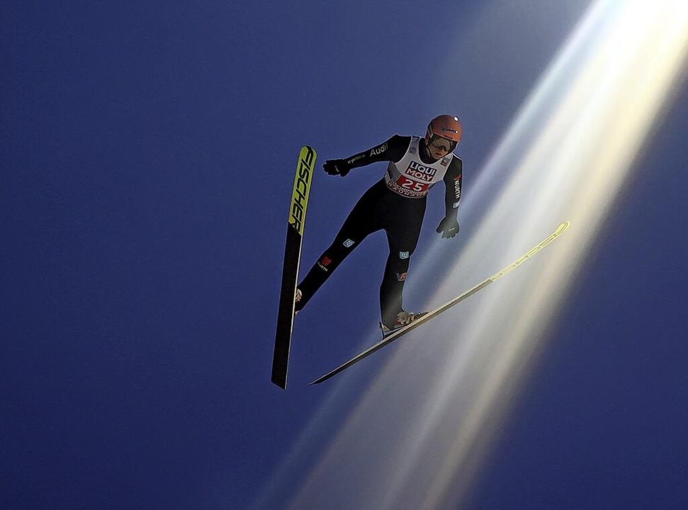Fliegen ist ein Menschheitstraum. Skis.... Doch am Boden wartet Erdenschwere.    | Foto: Daniel Karmann (dpa)
