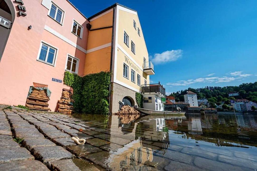 Wer dafür noch Zeit hat:Sandsäcke sch... das Haus länger vor Überschwemmungen.  | Foto: Armin Weigel (dpa)