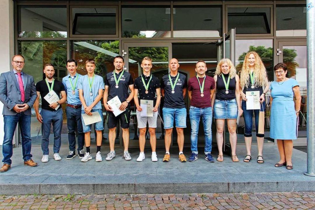 Erfolgreiche Sportlerinnen und Sportle...haft Monika Michel (rechts) am Montag.  | Foto: Ruth Seitz