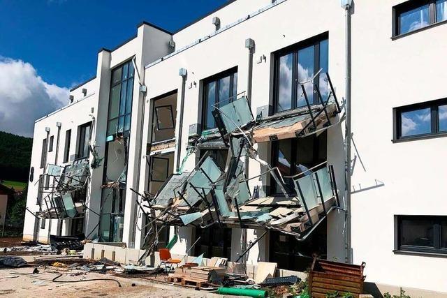 Ein Baggerfahrer zerlegt ein Mehrfamilien-Neubau in Blumberg
