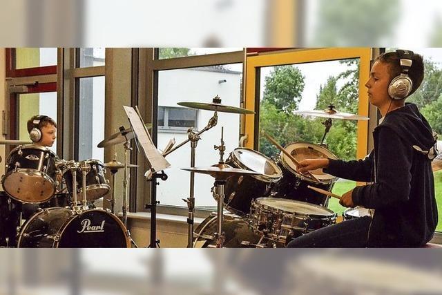 Schüler an den Drums