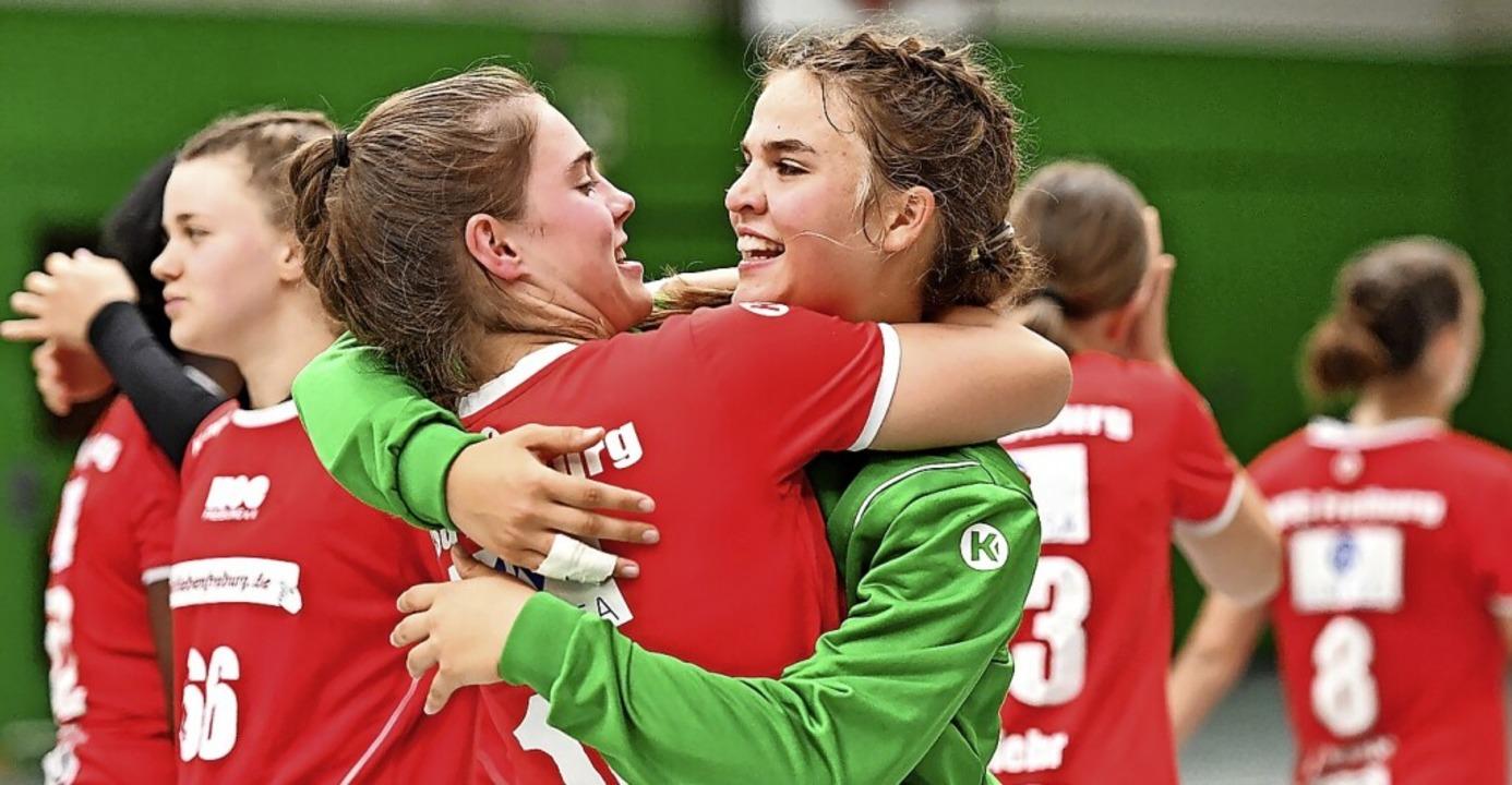 Pure Freude bei Laura Stiehler (links) und Torfrau Lotta Annalena Märkle    Foto: Achim Keller
